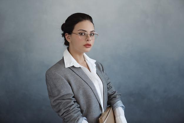 Retrato de mujer de negocios hermosa oficinista elegante