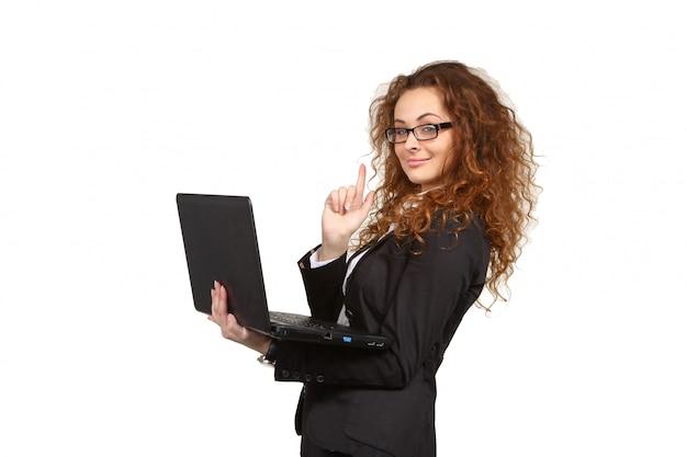 Retrato de mujer de negocios joven atractiva con laptop