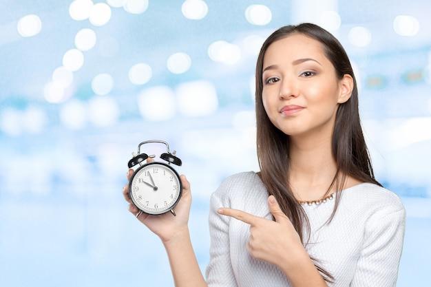 Retrato de mujer de negocios joven hermosa celebración en reloj de manos