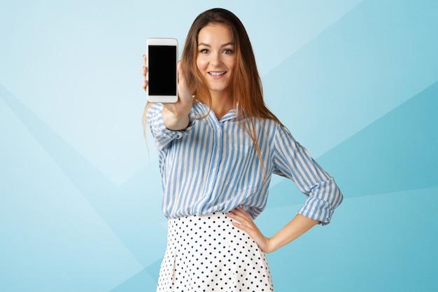 Retrato de mujer de negocios joven hermosa con teléfono móvil