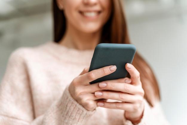 Retrato de mujer de negocios joven con móvil