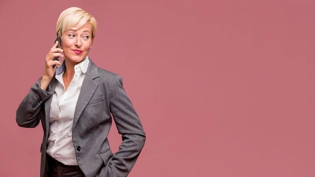 Retrato de mujer de negocios moderna con copyspace