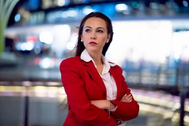 Retrato de mujer de negocios en la noche