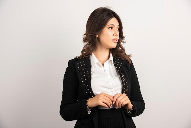 Retrato de mujer de negocios de pie en blanco.
