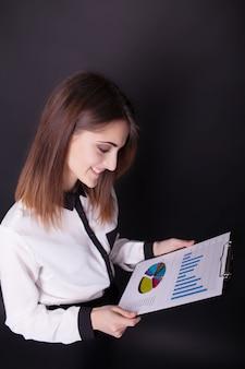Retrato de mujer de negocios con portapapeles