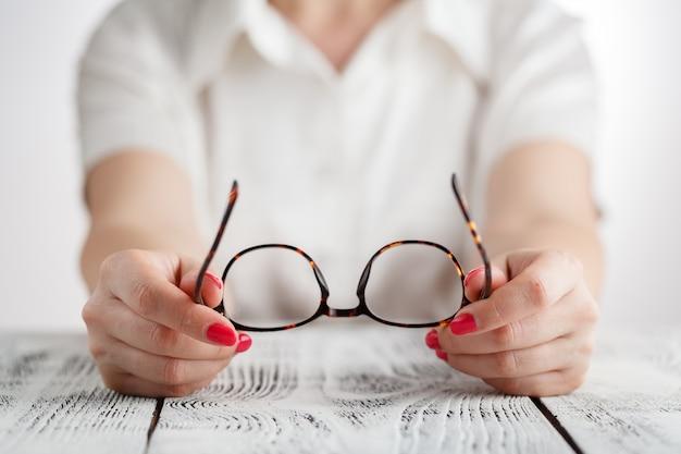 Retrato de mujer de negocios senior con anteojos.