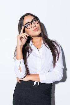 Retrato de mujer de negocios sonriente en blanco