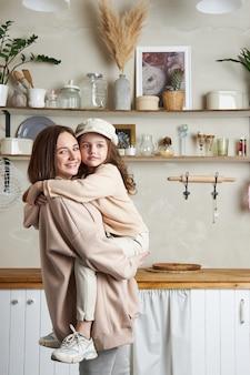 Retrato de una mujer y una niña abrazándose
