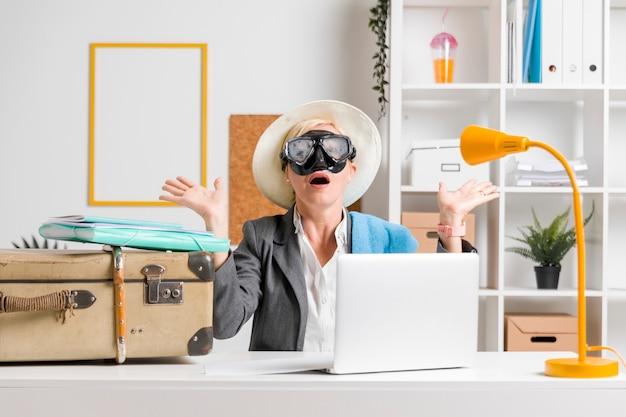 Retrato de mujer en oficina preparada para vacaciones de verano