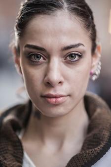 Retrato de mujer con los ojos verdes