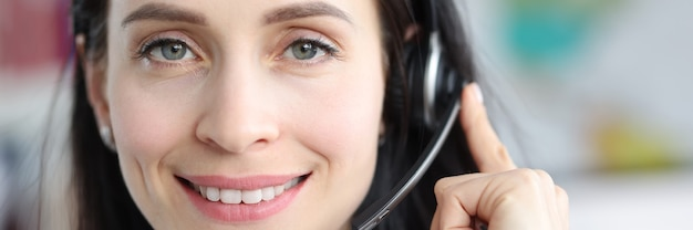 Retrato de mujer con operador con auriculares respondiendo llamadas