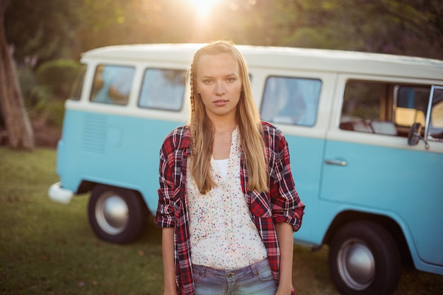 Retrato de mujer de pie cerca de autocaravana
