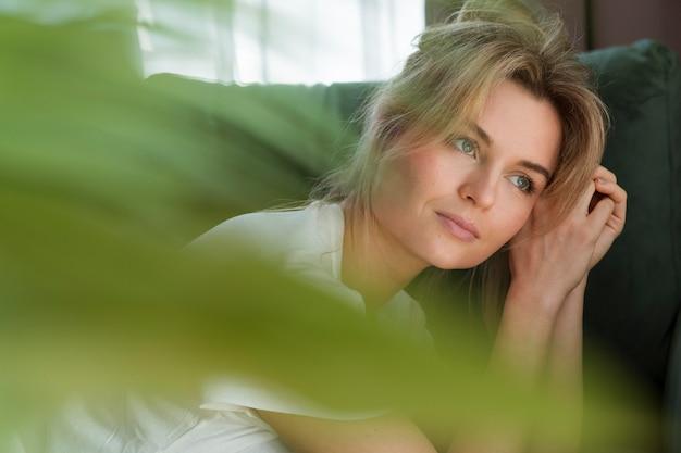 Retrato de una mujer y planta borrosa