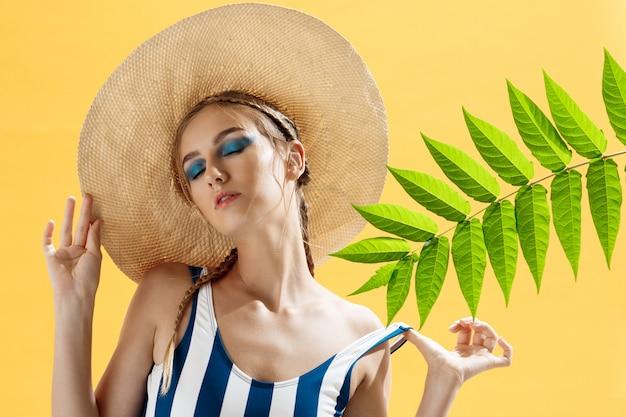 Retrato de una mujer en la playa con un sombrero