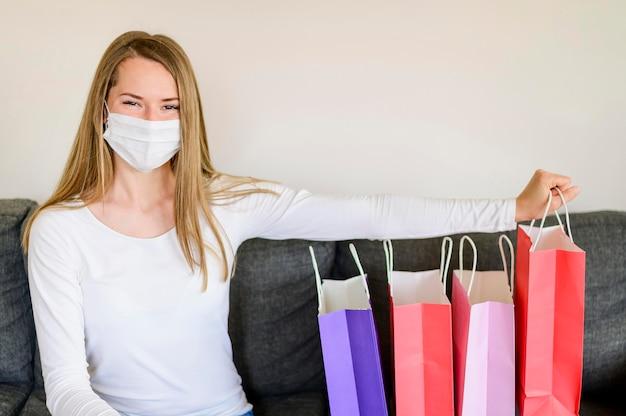 Retrato de mujer posando con bolsas de compras