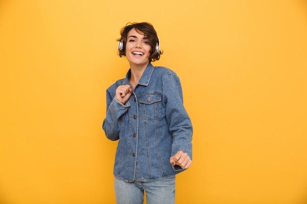Retrato de una mujer positiva feliz vestida con chaqueta vaquera
