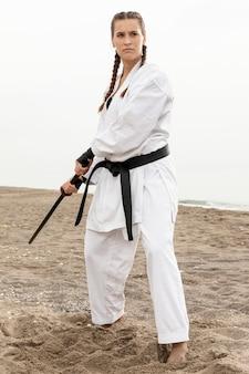 Retrato de mujer practicando artes marciales