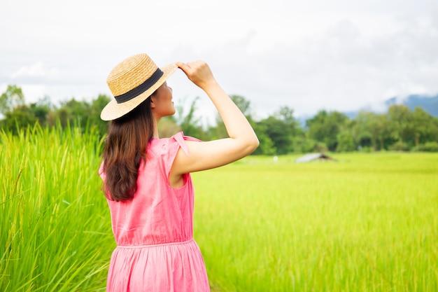 Retrato de mujer en pradera.
