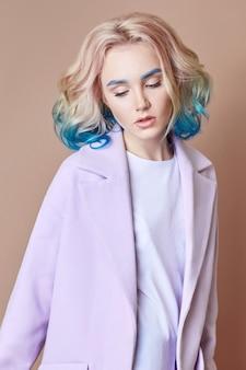 Retrato mujer primavera color brillante volando cabello