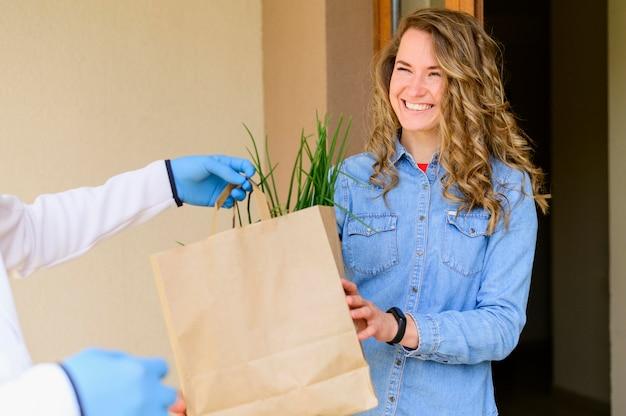 Retrato de mujer que recibe productos pedidos en línea