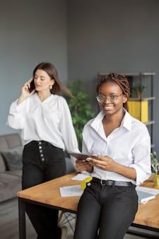 Retrato de mujer que trabaja en una empresa de nueva creación
