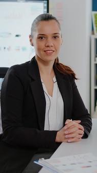 Retrato de mujer que trabaja en negocios con computadora