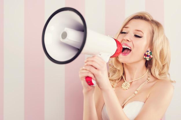 Retrato de mujer retro con megáfono
