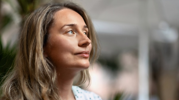 Retrato de una mujer rubia caucásica en barcelona, españa