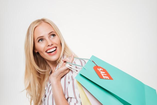 Retrato de una mujer rubia emocionada feliz