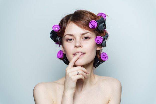 Retrato de mujer con rulos, peinado casero