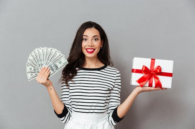Retrato de una mujer satisfecha con caja de regalo