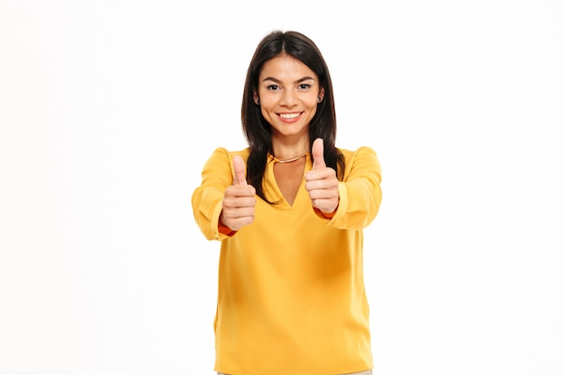 Retrato de mujer segura feliz mostrando pulgares arriba gesto