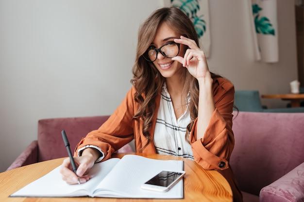Retrato de una mujer segura tomando notas