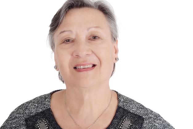Retrato de mujer senior feliz sonriendo