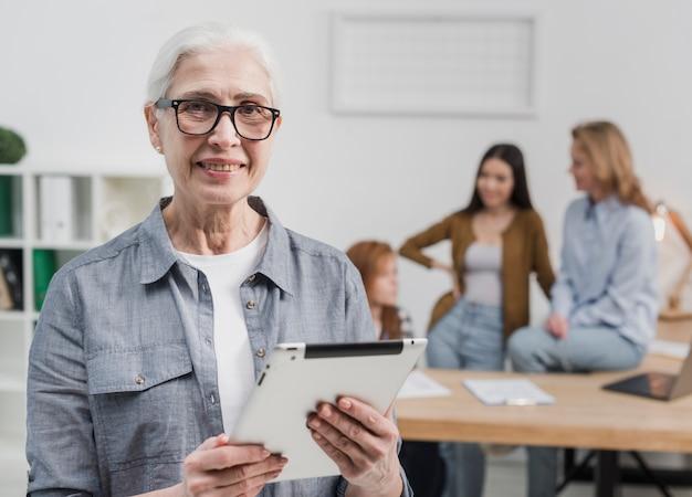 Retrato de mujer senior con gafas sonriendo