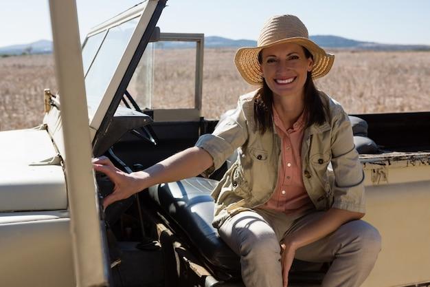 Retrato de mujer sentada en vehículo