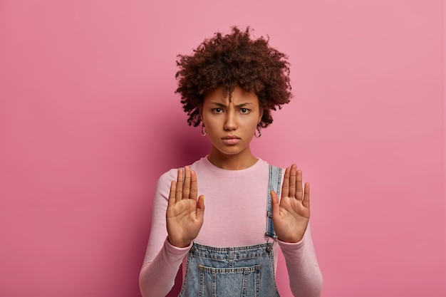 Retrato de mujer seria y estricta no señal de stop, tiene expresión de advertencia