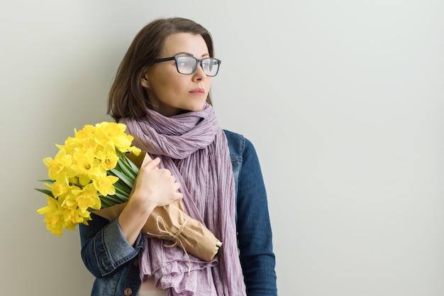 Retrato de mujer seria en vasos con bouquet
