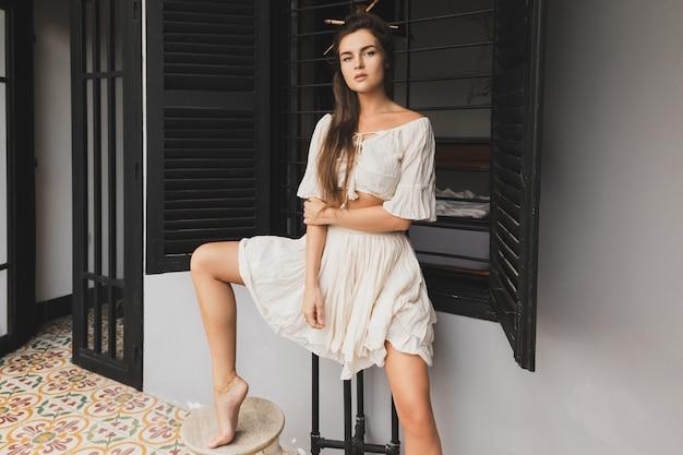 Retrato de mujer sexy con peinado elegante con ropa de tela natural