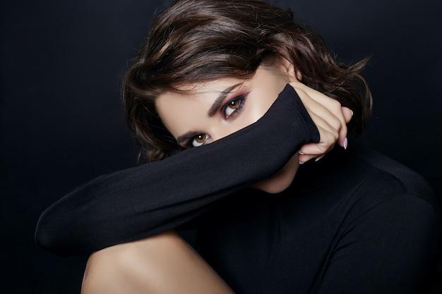 Retrato de mujer sexy con suéter de cuello alto negro