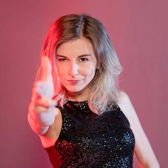 Retrato mujer con signo de arma