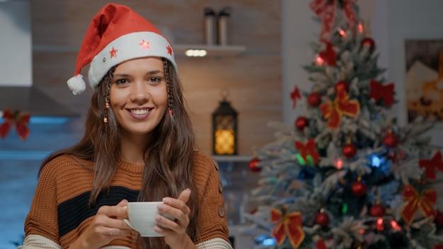 Retrato de mujer sirviendo café en la cocina festiva