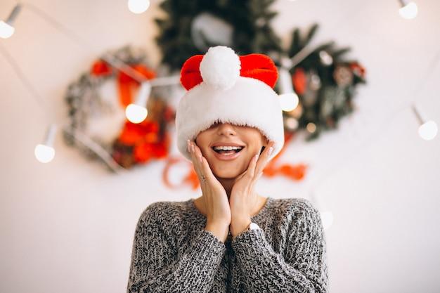 Retrato de mujer con sombrero de santa en navidad