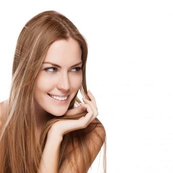 Retrato de una mujer sonriente bastante joven con el pelo largo y recto