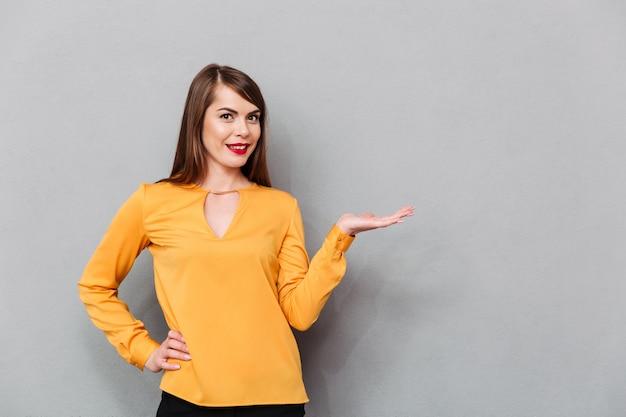 Retrato de una mujer sonriente con copia espacio