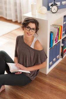 Retrato de mujer sonriente en la esquina para estudiar
