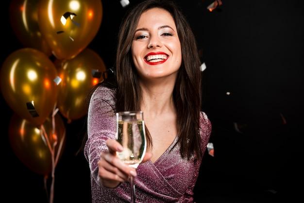 Retrato de mujer sonriente en fiesta de año nuevo