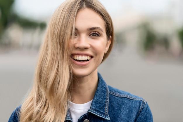 Retrato, de, mujer sonriente