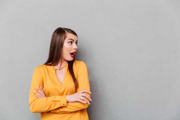 Retrato de una mujer sorprendida mirando a otro lado en el espacio de la copia