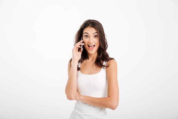 Retrato de una mujer sorprendida vestida con una camiseta sin mangas hablando